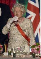 Královna se prý bez alkoholu neobejde.