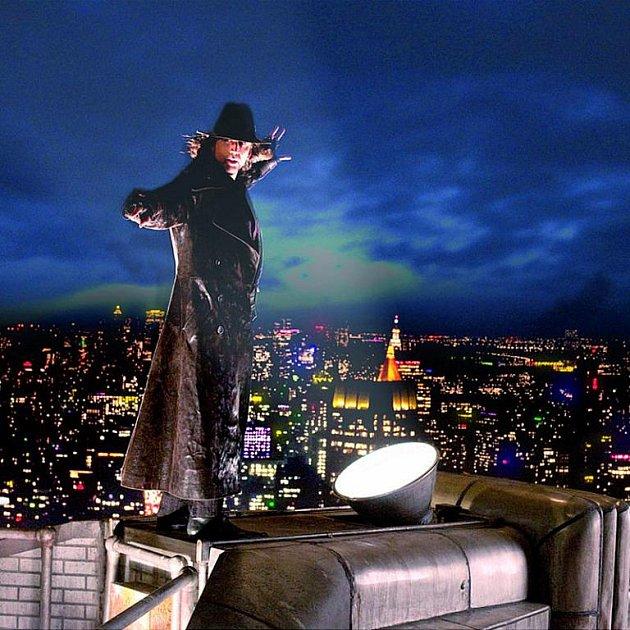 Nicolas Cage stojí na slavné newyorské budově Chrysler Building.