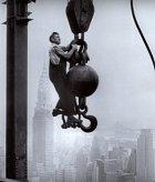 Stavba Empire State Building. Prostě si tam jen tak visel.