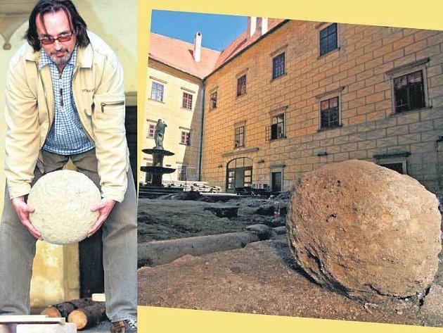 Kastelán Marek Bush zvedá dělovou kouli, kterou našli při opravách na nádvoří zámku.