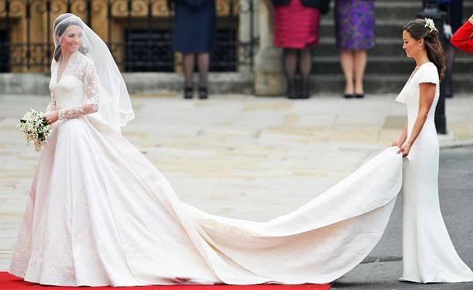 Kate Middletonové držela vlečku sestra Pippa.