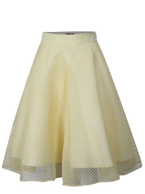 Áčková či kolová sukně by měla být v šatníku také.