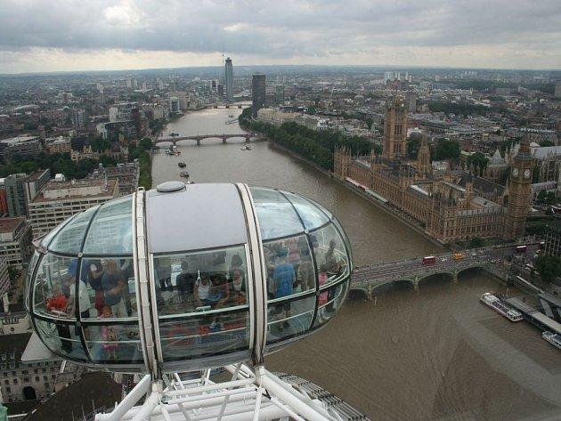 Pohled z London Eye je úchvatný. Návštěvníkům tohoto obřího ruského kola se naskytne výhled na Westminsterský palác, řeku Temži a daleké okolí.