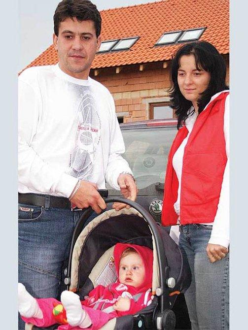 Libor Broža a Jaroslava Trojanová s malou Nikolkou.