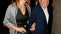 """Ivana Gottová byla v minulosti často obviňována, že s Karlem Gottem byla pouze kvůli financím a profitu! Čtyřicetiletý věkový rozdíl mezi manželi budil u některých lidí otázky, zda jde ze strany Ivany skutečně o lásku, nebo se pouze drží ve """"zlaté kleci!"""""""
