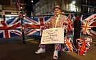 Nedočkaví Britové se shromáždili před hradem Windsor, očekávají příchod královského miminka