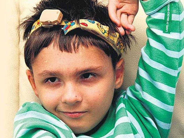 Rodiče se zadlužili, aby mohli zaplatit Iljouškovi léčbu v zahraničí. Teď doufají, že pomoc přijde včas.