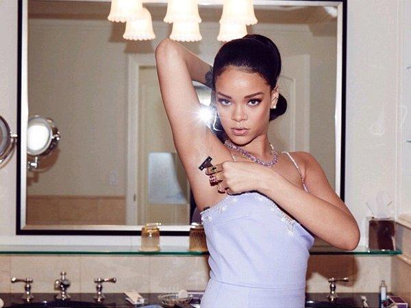 Rihanna si holí podpaždí