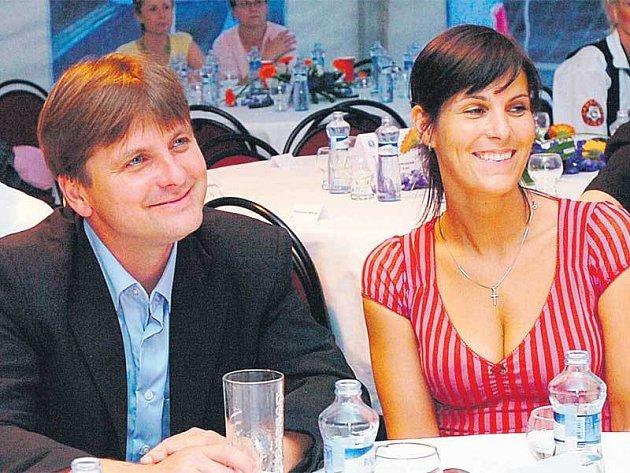 Dušan Uhrin se přišel rozloučit s mladoboleslavským angažmá i se svou půvabnou manželkou. Loučil se střídmě  jen minerálkou.