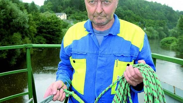 Hák na laně používá zachránce k zachycení a vytažení raftu.