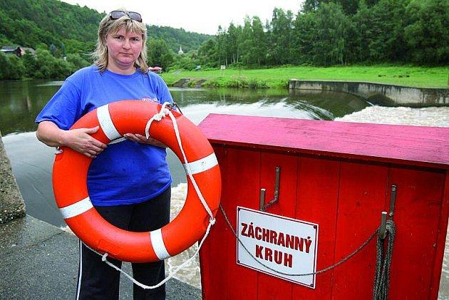 Dcera Jana hází do vody záchranný kruh.