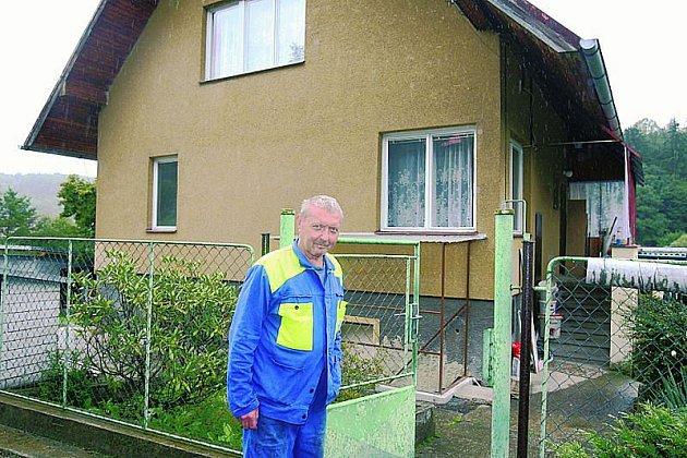 Jan Čečrle bydlí srodinou vdomku hned ujezu.