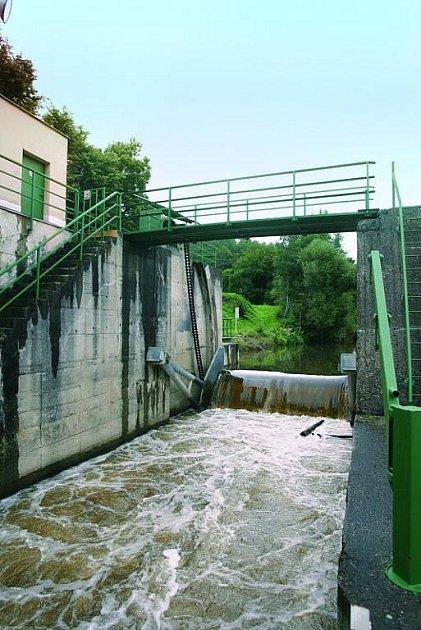 Otevřená klapka vpropusti může včas snížit hladinu vody na jezu.