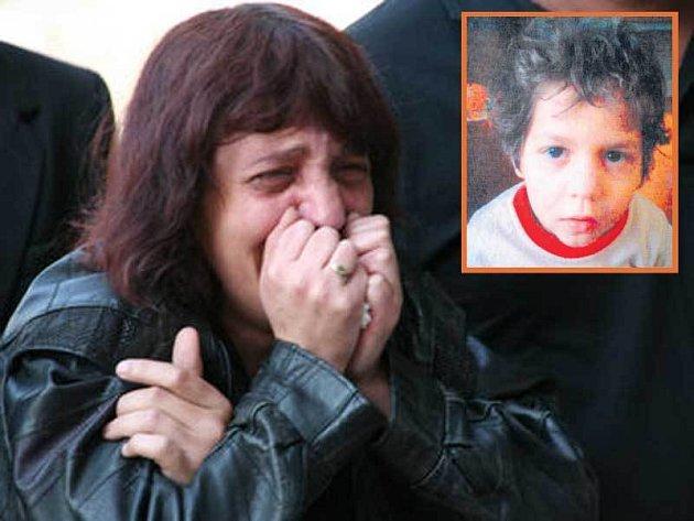 Jediná, která na pohřbu plakala, byla chlapcova matka.