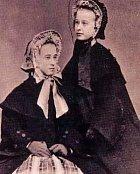 Mary Katherine Haroney, která byla známá pod přezdívkou Velkonosá Kate (vlevo) se svou sestrou Wilhelminou. Kate bylo 15 a Wilhelmině 16, když začaly pracovat jako prostitutky. Rok 1865.