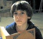 Bastien je malý kluk, který čte knihu Nekonečný příběh a jak se na konci dočte, právě on má moc zachánit říši Fantazie. Nemá moc přátel, vlastně jen ty v knihách, ale jemu to k životu stačí.