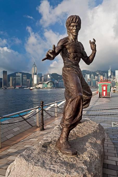 Socha vHongkongu jej zachycuje vtypickém bojovém postoji.