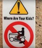 Hlídejte si děti, jestli nejsou pod sekačkou.