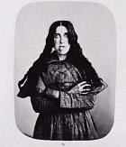 Keira Carlson byla žena, která pocházela z chudé rodiny. Od dětství ji znásilňoval otec a na jejím psychickém stavu se to podepsalo natolik, že trpěla bludy. Občas z ničeho nic začala běhat po místnosti a křičet na svého otce, který byl dávno mrtvý.