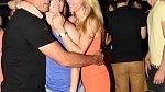 Bývalý desetibojař Roman Šebrle k sobě při tanci přitáhl manželku.