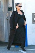 Kim Kardashian odchází z nahrávacího studia.