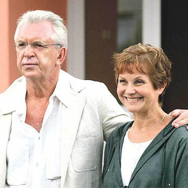 Hlavní postavu si zahrál Jaromír Hanzlík, jeho partnerku Marta Vančurová.