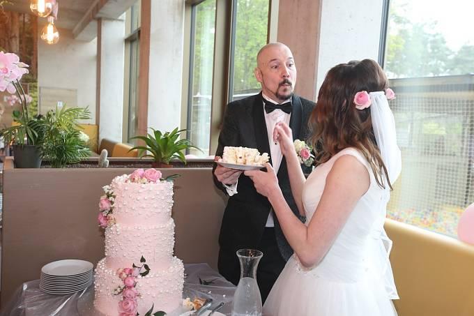Zpěvákovi obavy se vyplnily, v den jeho svatby pršelo.
