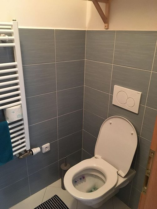 Toalety jsou v obou patrech.