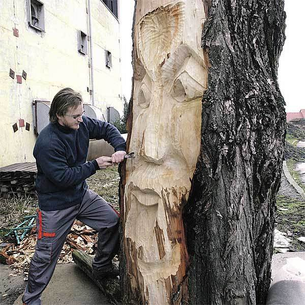Momentálně opracovává Jirka Pavelka asi dvoumetrový kmen stromu. Topolové dřevo pochází z pokácených stromů u zlínské nemocnice.
