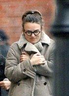 Keira Knightley zachumlaná do kabátu.