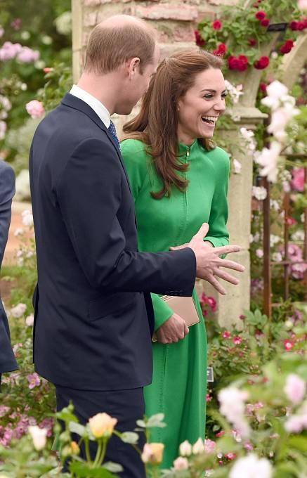 William a Kate vypadají často velmi zamilovaně, ale za ruku se prostě nechytí...