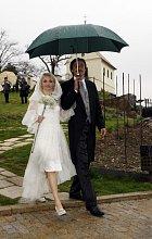 Svatba byla krásná, nevěsta oblékla bílé šaty, i když šlo již o třetí sňatek.