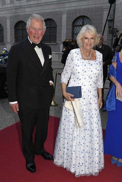 '100 let této vládnoucí dynastie, můžeme slyšet, jak vypravěč říká: ,,Princ Charles vyrostl ve stínu své matky. Proti své matce se mnohokrát vzbouřil a trvá na zcela jiné monarchii, než vytvořila jeho matka.'
