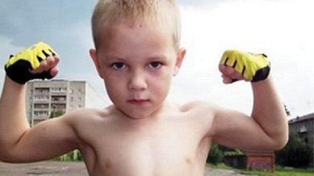 Malý hošík má postavu dospívajícího chlapce.