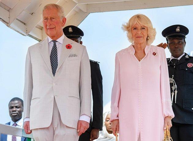 Mocichtivý princ Charles nemohl počkat do dne, kdy královna Alžběta II. sama ohlásí abdikaci, a svyužitím její vážné nemoci ji přesvědčil, aby mu většinu královských povinností předala, dokud jí ještě zbývá čas.