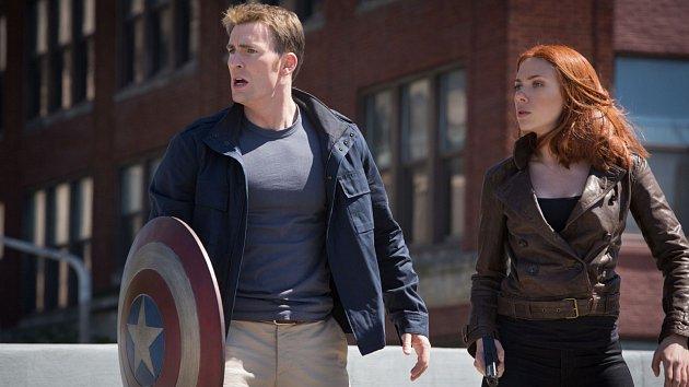V hlavních rolích Avengera zazářili Chris Evans a Scarlett Johansson.