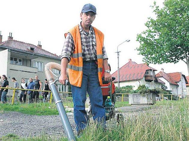 Pracovník Technických služeb Vizovice vysaje speciálním vysavačem za den 15 kilo výkalů od návštěvníků hudebního festivalu.