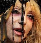 Courtney Love má na obličeji krátery po akné