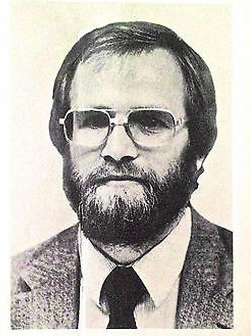 Prvním podezřelým se stal James Lewis.