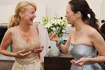 Vendula Svobodová a Tereza Kostková se na zkoušce šatů náramně bavily.
