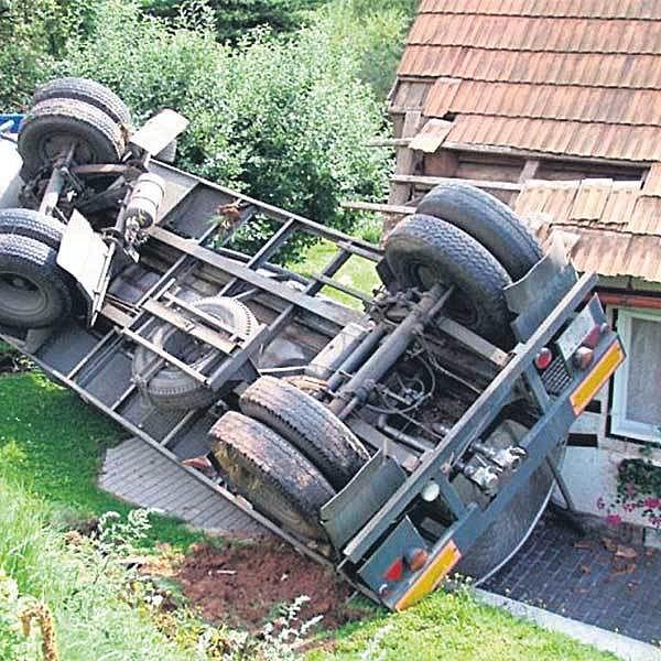 Mlékařské auto poškodilo při nehodě rodinný dům.