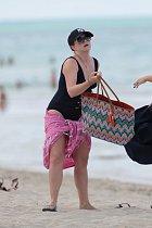 Maminka tří synů odchází z pláže. Poznali byste v ní oblíbenou herečku?