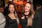 Veronika (vlevo) a Daniela Nízlová se sladily do černé...