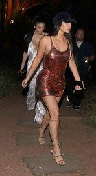 Kim Kardashianová (vpředu) a Kylie Jennerová si vyšly na dovolené na večeři.