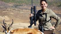 Lovkyně Michaela Fialová je známá tím, že ráda zabíjí zvířata a ještě raději se s jejich mrtvolami fotí.