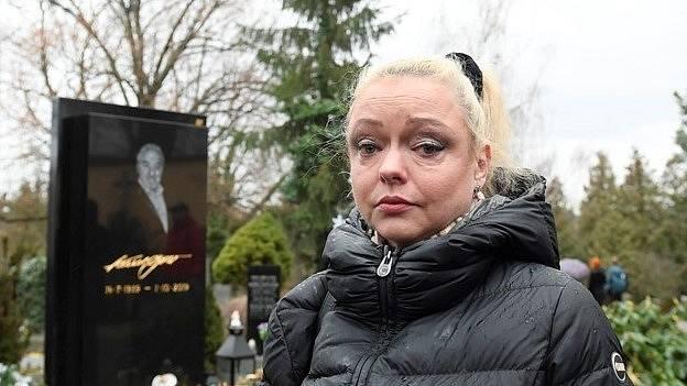 Dominika Gottová se od smrti slavného otce protlouká životem.