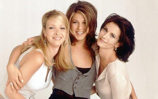 Krásky ze seriálu Přátelé. Zleva: Lisa Kudrow, Jennifer Aniston a Courteney Cox