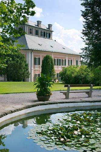 Ozdobou zámecké zahrady je rybníček plný leknínů.
