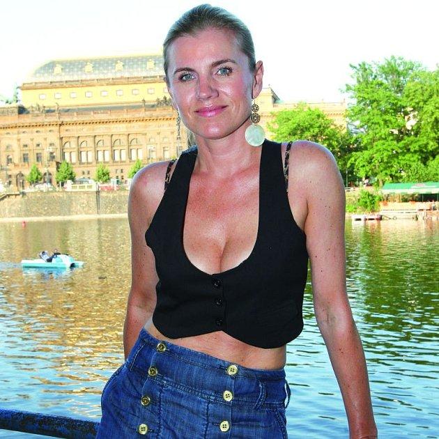 Leona Machálková své poprsí vylepšuje podprsenkou. Nejraději by ji ale odhodila.