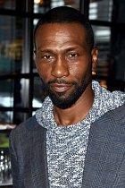 Derice si zahrál Leon Robinson, kterému se říká pouze Leon. Narodil se v nechvalně proslulém Bronxu a jen díky tvrdé dřině neskončil jako drogový dealer. Hrával basket a z něj v roce 1981 přesedlal na herectví. Snaží se o osvětu mezi mladými hiphopery.